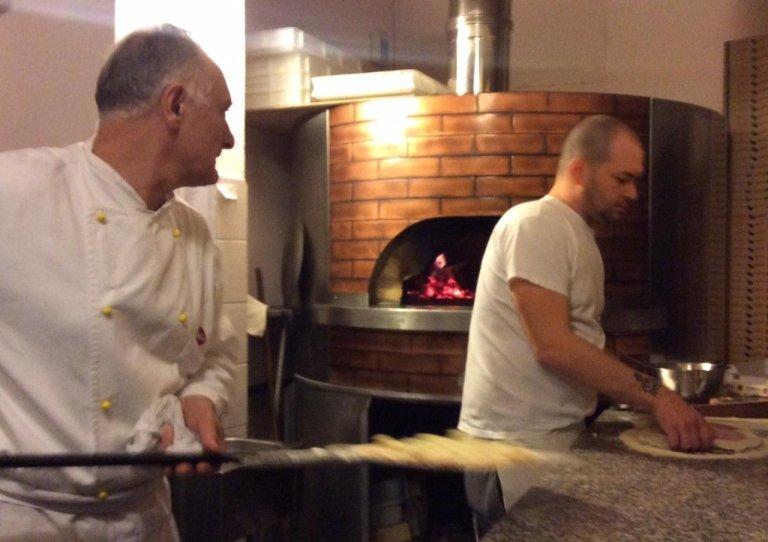 lavorazione della pizza