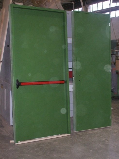 Porte in legno dipinto su misura