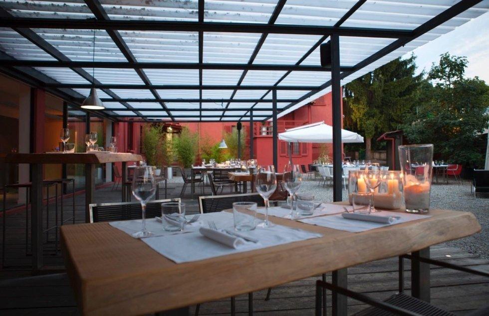 sala di ristorante con soffitto in vetro
