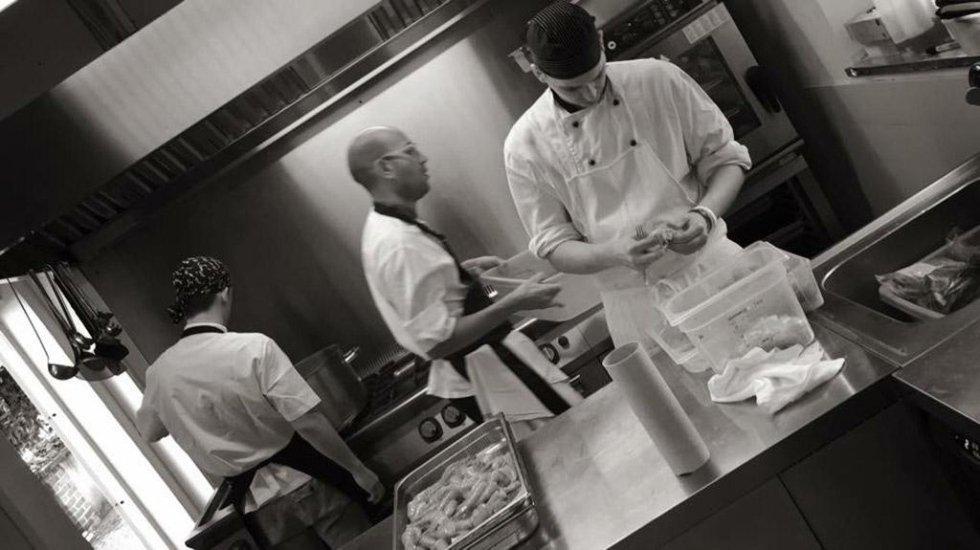 tre chef che lavorano in cucina