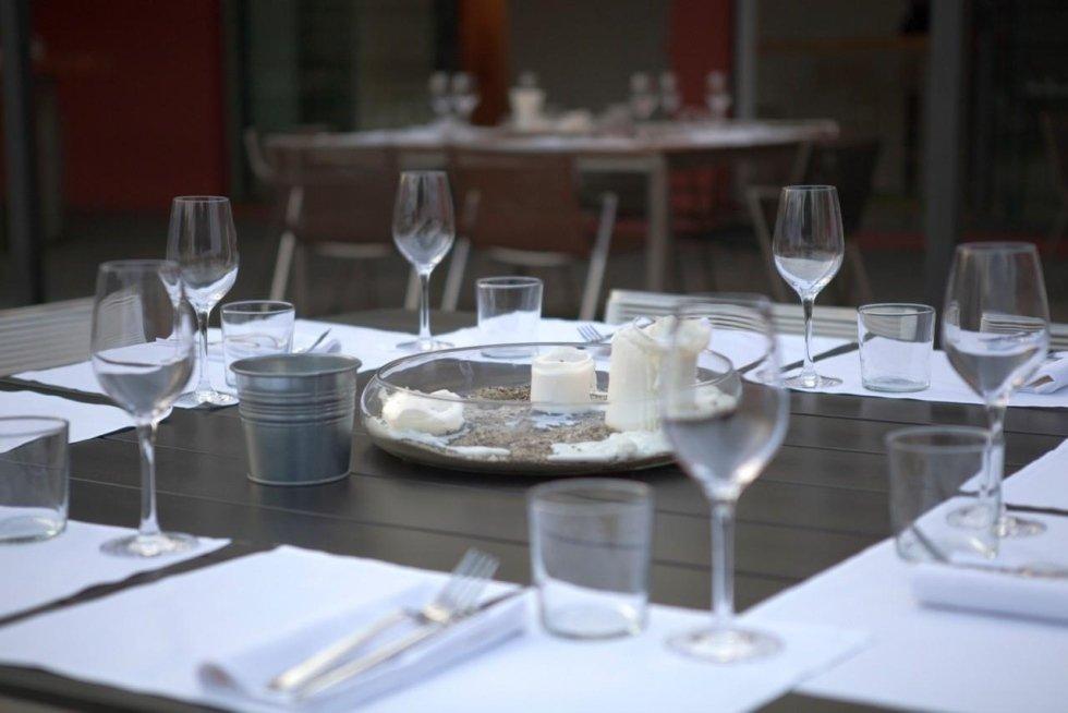 tavola con bicchieri di vino