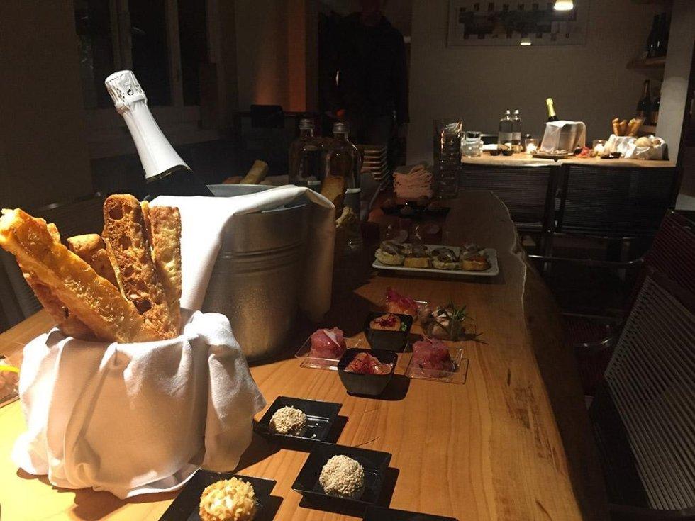 buffet e bottiglia di vino