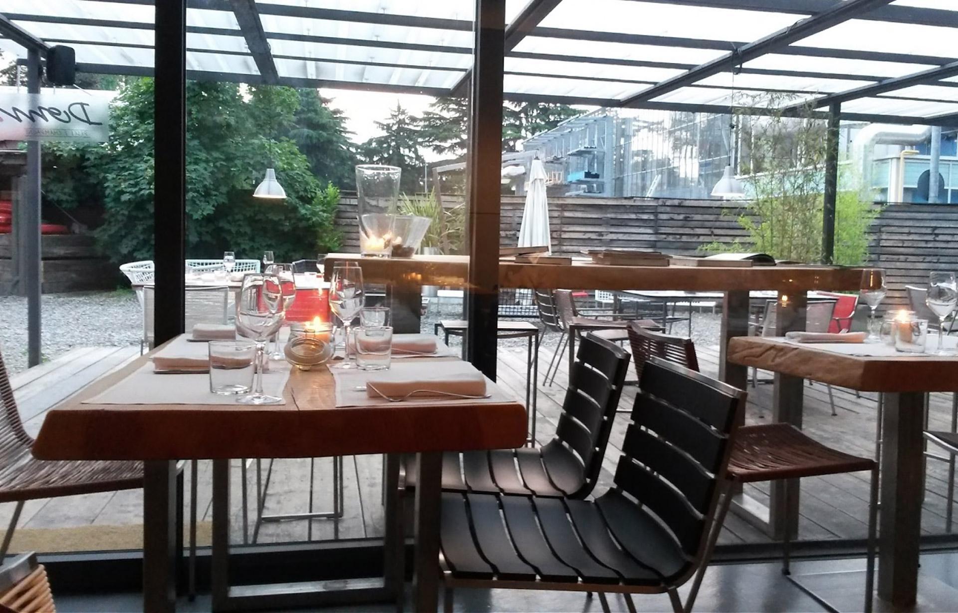 vista laterale di alcuni tavolini di un ristorante
