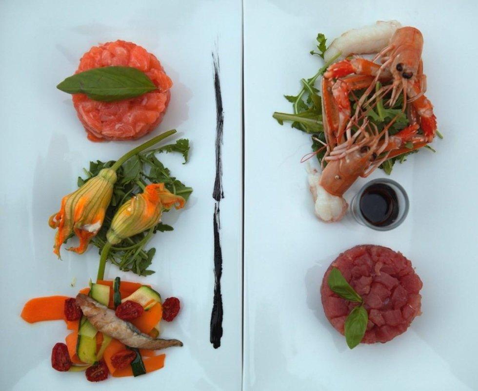 vista frontale di un piatto tartare di tonno e gamberi