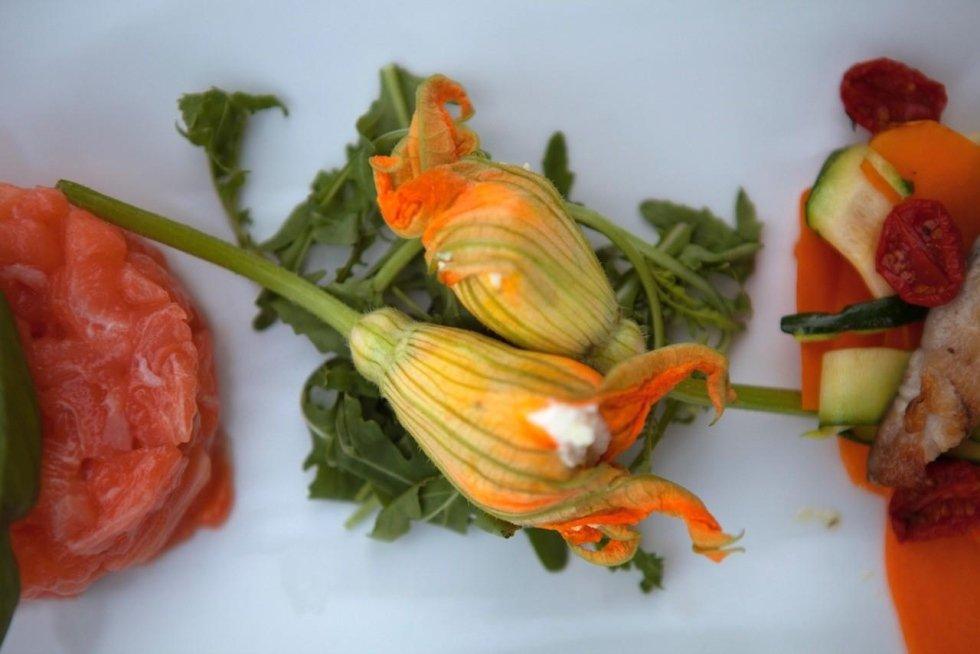 fiori di zucca ripieni con ricotta e tartare di tonno