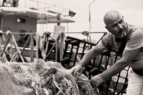 pescatore con pesce fresco