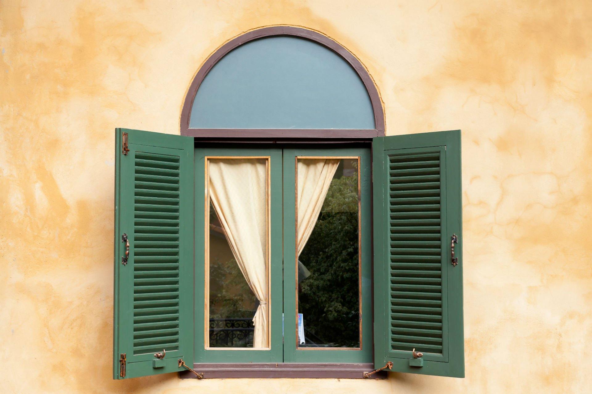 una finestra aperta con delle tende