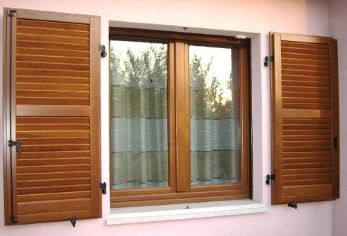 una finestra con infissi in legno