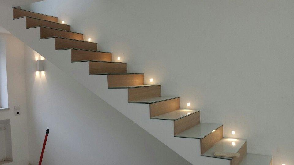 Una scala interna illuminata
