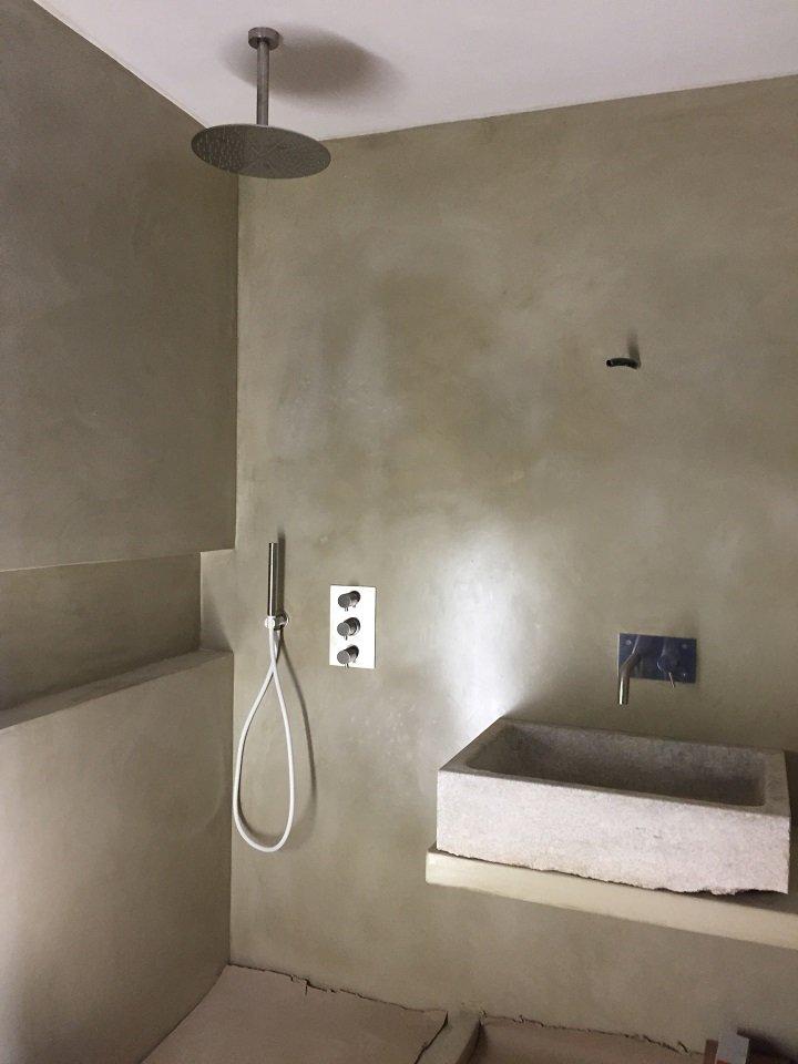 Un bagno con lavabo e box doccia minimal