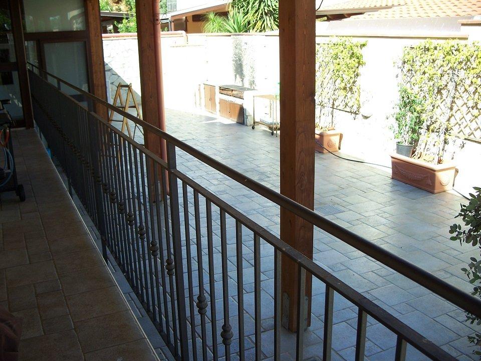 Ringhiera di un balcone su cortile interno