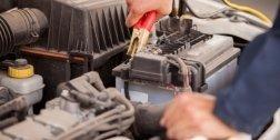 meccanico che interviene sulla batteria del motore di un'auto