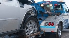 soccorso stradale durante il rimorchio di un'auto incidentata