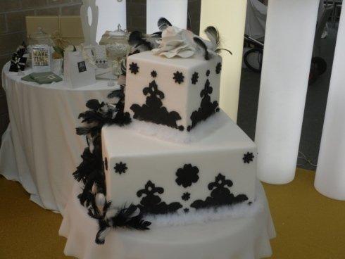 torta con decorazioni  a piume nere