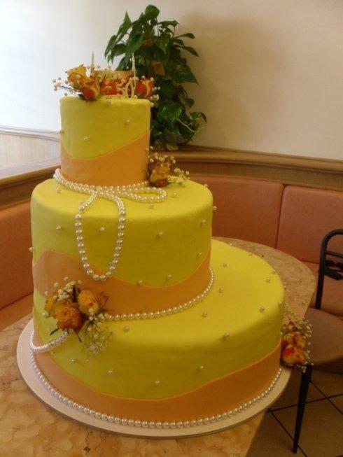 torta a tre piani gialla