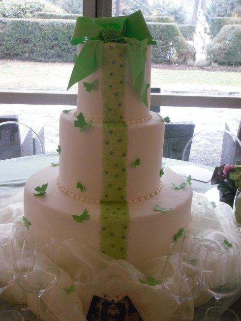 torta con farfalle e fiocchi verdi