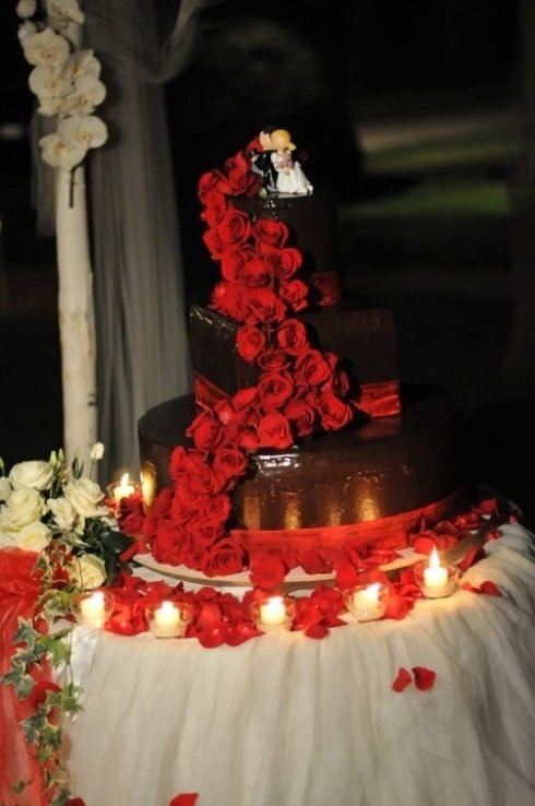 torta cioccolato e rose rosse