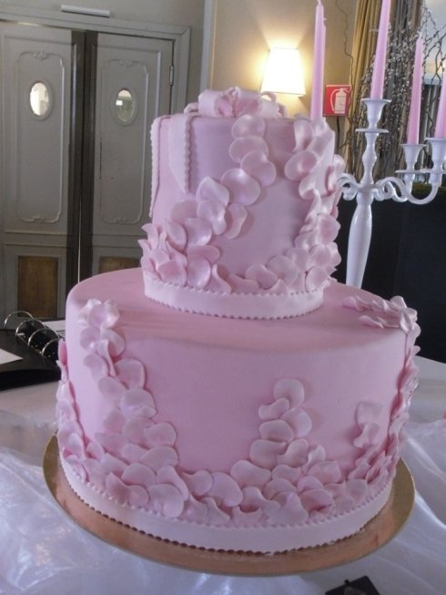torta con petali di rosa
