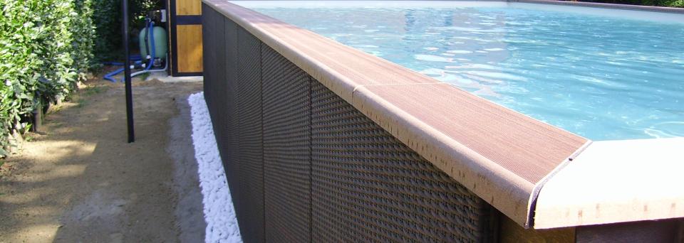 il bordo di una piscina rialzata