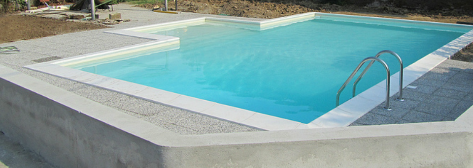 una piscina con una scaletta