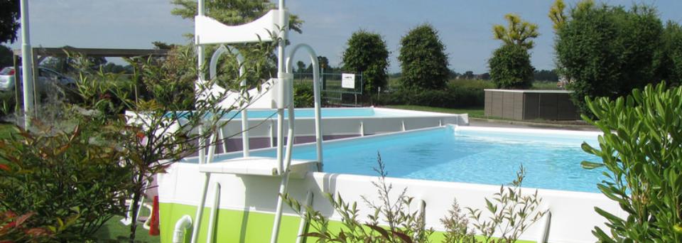 una scaletta affissa a una piscina rialzata in un giardino
