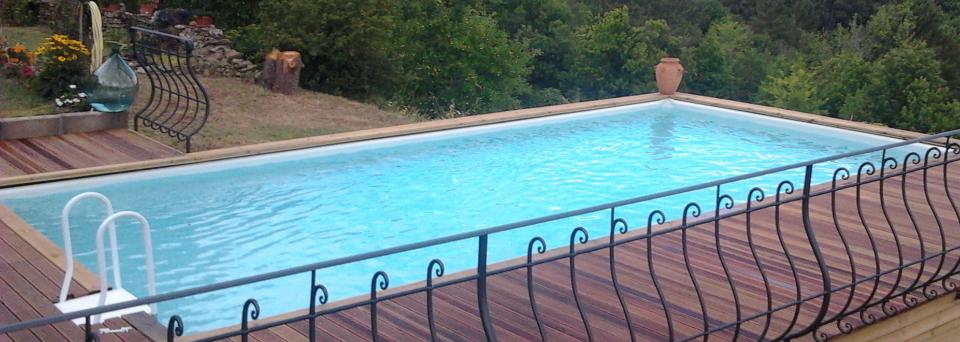 la ringhiera di un terrazzo e vista della piscina in un giardino