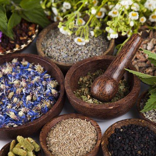 I prodotti fitoterapici in ciotole di legno