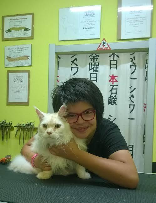 Donna con un gatto alla toelettatura a Abbadia San Salvatore