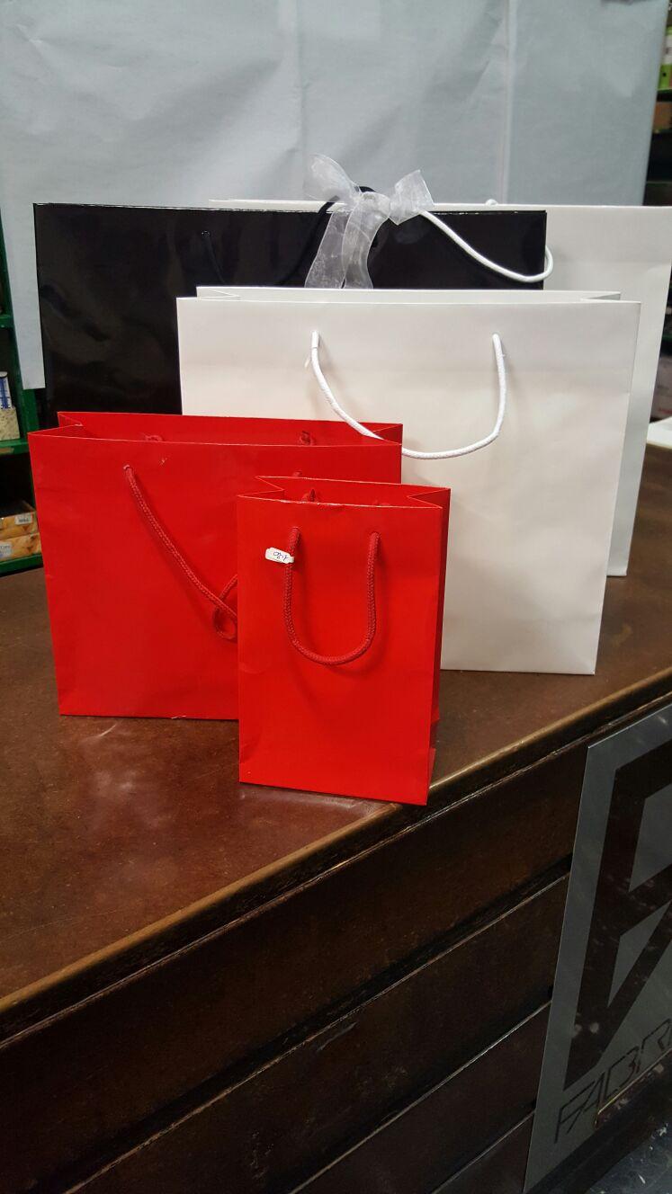 Sacchetti in cartone da regalo rossi e bianchi
