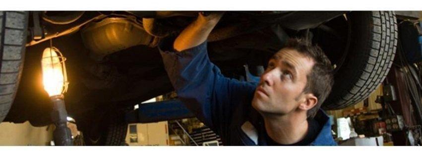 meccanico ispeziona motore