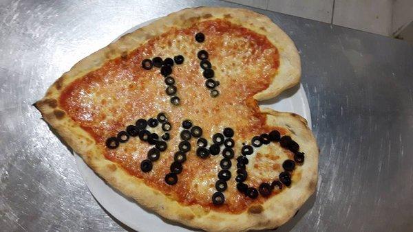 pizza a cuore scritta TI AMO fatta con olive