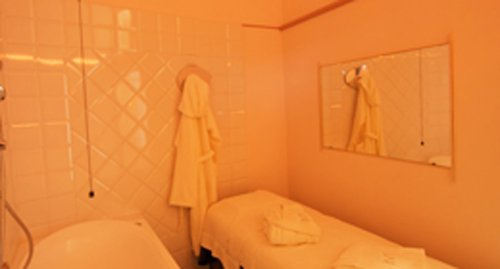 stanza con dei lettini per trattamenti estetici