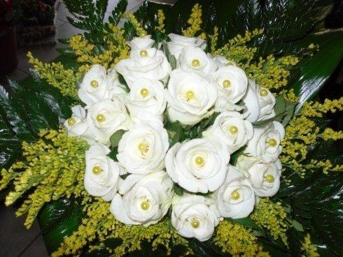 bouquet rose bianche e fiori gialli