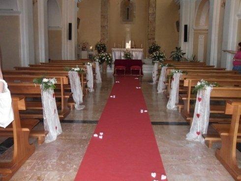 composizioni bouquet rose bianche per navata chiesa