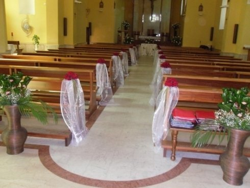 composizioni bouquet rose rosse per navata chiesa