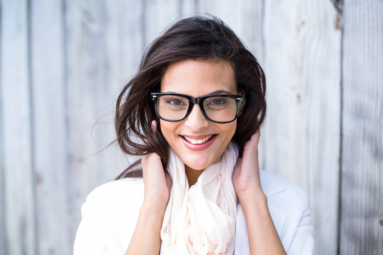 Donna con gli occhiali da vista a Siracusa
