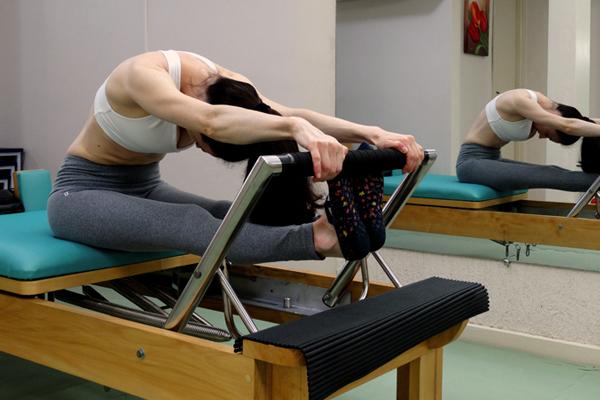 Donna facendo pilates a Voghera