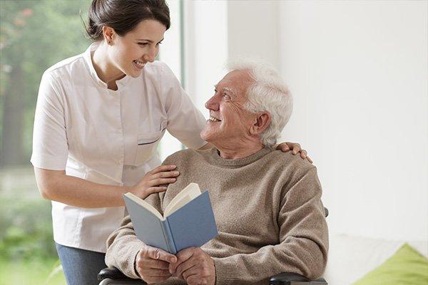 Una donna si prende cura di un signore anziano con cure osteopatiche a Chieti