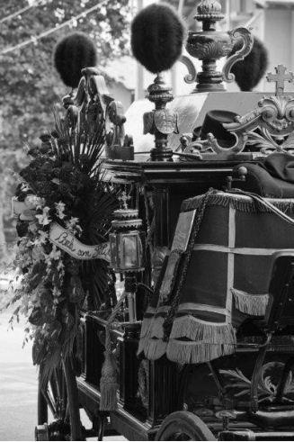 foto in bianco e nero di una carrozza funebre