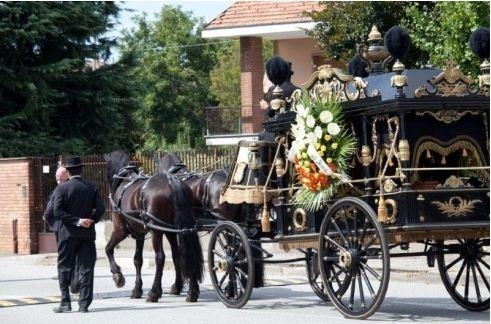 Il feretro caricato sulla carrozza trainata dai cavalli