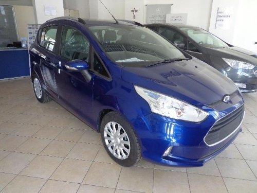 una Ford di colore blu