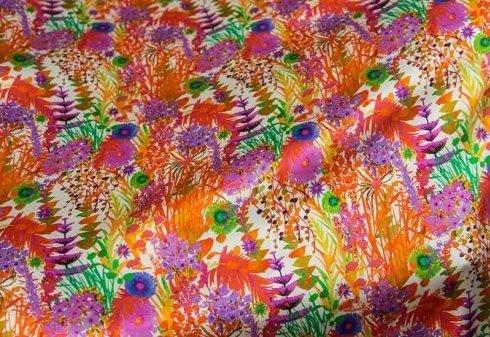 tessuto colorato con stampe di piante e fiori