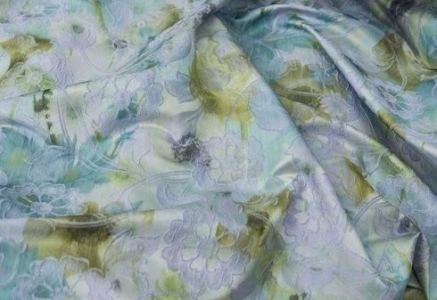 tessuto chiaro con decorazioni floreali