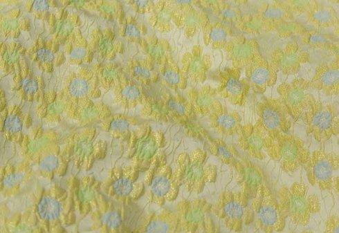 tessuto giallo con fiori in rilievo