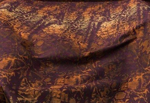 tessuto rosso scuro con decorazioni color ocra