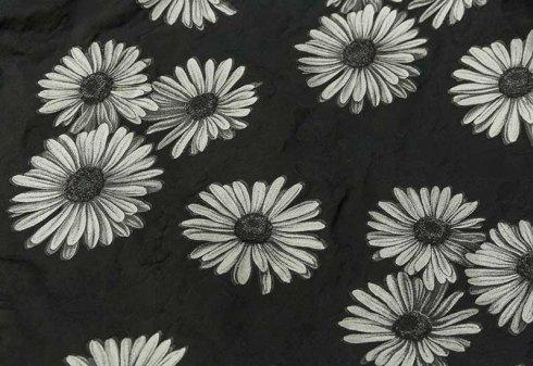 tessuto nero con margherite bianche