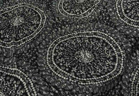tessuto nero con disegni bianchi