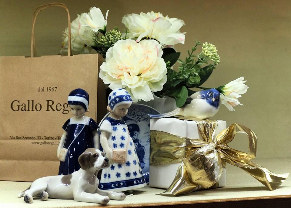 fiori bianchi e articoli da regalo