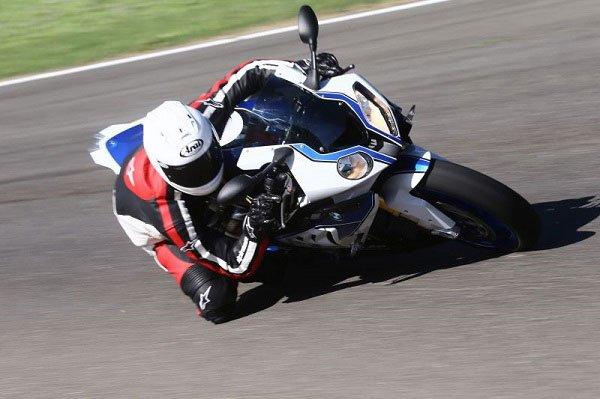 motociclista guida su una moto da corsa