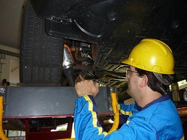 meccanico che esegue lavori di meccanica leggera ad un autovettura